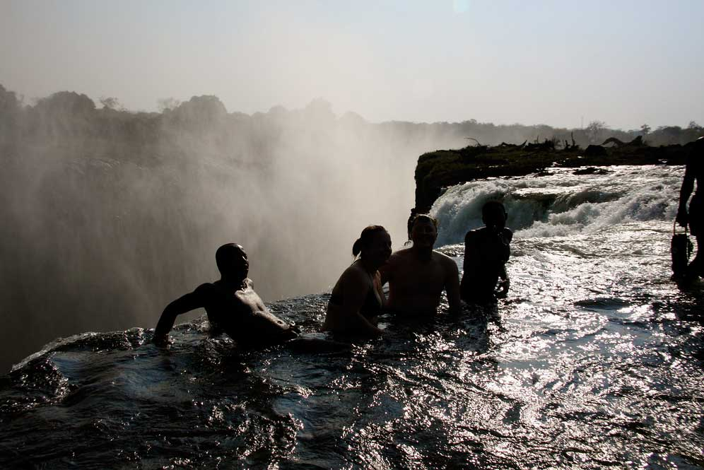 Which side of victoria falls is better zambia or zimbabwe for Piscina del diablo